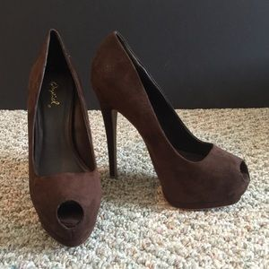 Qupid NEW brown suede peek a boo pumps